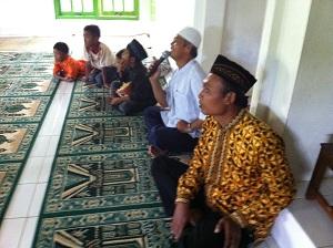 Pasar Murah di Dusun Warak dengan sambutan dari Pak Moh selaku takmir dan Pak Dukuh yang berbaju batik kuning