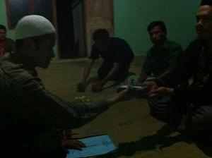 Penyerahan dana awal sebesar Rp.10.000.000,- kepada Takmir Masjid, Pak Ngadikir