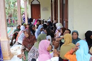 Antrian di Masjid Ainun Jariah, Dusun Waru