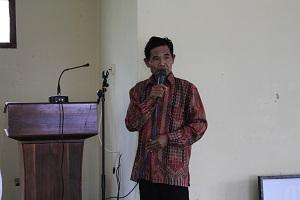 Pak Dukuh Dusun Waru yang mengajak warga segera berkumpul lewat pengeras suara
