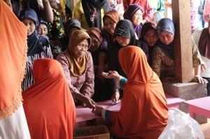 Para santri DS (Ibu-Ibu) melayani warga Dusun Karang di Tempat Ustadz Hasan (Ketua MUI Kec. Panggang)