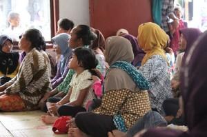 Warga Wiloso yang di depan sebagiannya beragama Budha saat mendengar sambutan dari takmir, Ahad, 19 Jan 2014