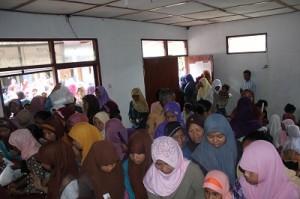 Warga Wiloso antri menerima paket sembako di Balai Dusun Wiloso (samping masjid Uswatun Hasanah)