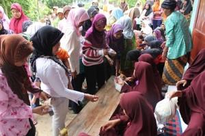 Warga Padem dan Bolang antri untuk membeli paket sembako seharga Rp.10.000 di luar Masjid Yasmin Bolang