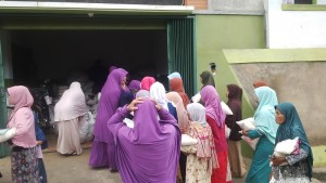 Warga yang hadir dilayani oleh para pengajar TPA Pesantren Darush Sholihin