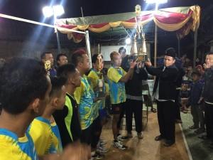 Tim Angkasa Juara 1, penyerahan piala oleh Bapak Sutarpan dan Ustadz Muhammad Abduh Tuasikal.