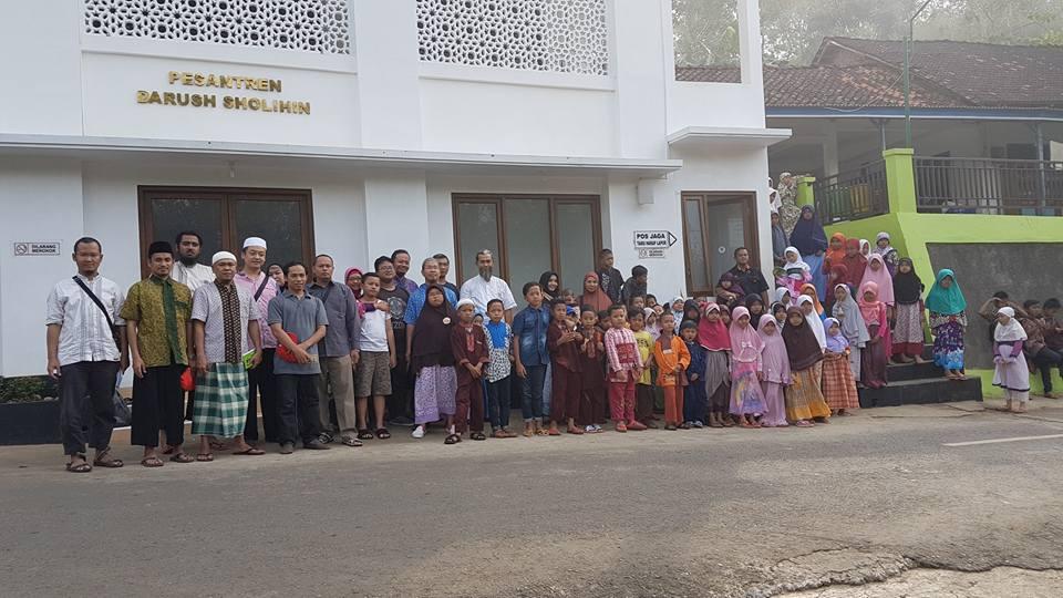 Apkom (Asosiasi Pengusaha Komputer) Jogja di hari tasyriq terakhir di Pesantren Darush Sholihin, Warak, Girisekar, Panggang. Sedang berpose dengan para santri tahfizh TPA Darush Sholihin.
