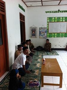 Perangkat desa, dukuh dan pengurus masjid menghadiri acara pasar sembako