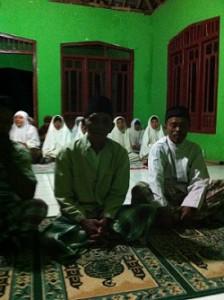 Jama'ah maghrib di Masjid Al Munawaroh