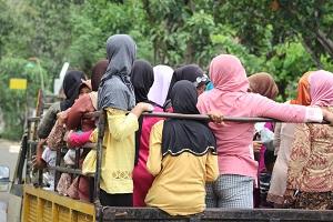Warga yang datang dengan truck dari Dusun Sawah, daerah Alang-Alang Ombo