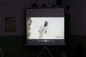Pimpinan Pesantren saat memberikan tausiyah memutarkan video Syaikh Fahd Al Kandari yang memotivasi dalam menghafalkan Al Qur'an