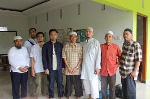 Rekan-rekan Toyota bersama Ustadz M. Abduh Tuasikal yang berada di tengah (baju coklat)