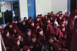 Jumlah jama'ah yang hadir mengikuti kajian Ustadz Abu Qotadah pada Februari yang lalu sekitar 400 orang, termasuk ibu-ibu dan kapasitas masjid tidak cukup sehingga ibu-ibu berada di rumah di samping masjid