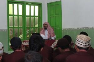 Bapak-bapak begitu senang mengikuti kajian Ustadz Abu Qotadah dengan tema: Bagaimana Meraih Kebahagiaan