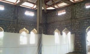 Bagian dalam masjid yang masih sederhana.