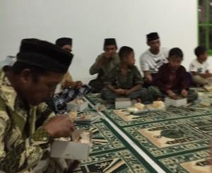 Jamaah masjid Ngledok Waru yang sedang berbuka puasa