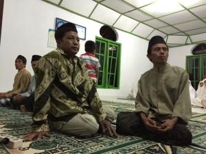 Buka Puasa di Ngledok, tampak takmir masjid dan jamaahnya