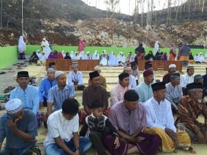 Shalat istisqa, Selasa, 3 November 2015 dihadiri jamaah bapak-bapak dan ibu-ibu sekitar pesantren.