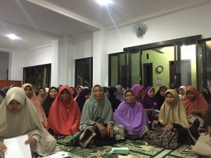 Ibu-ibu sepuh sudah biasa memakai jilbab karena diberi gratis dari pesantren