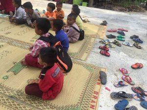 Santi putera kelas PAUD/ TK yang sedang mengaji iqra di lapangan.
